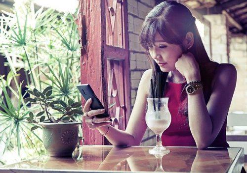 出会い系アプリで悩む女性